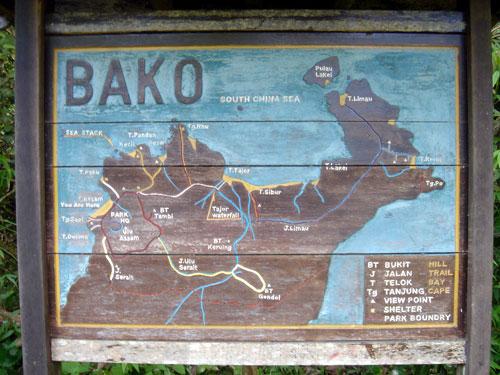 Die landkarte des bako nationalparkes bei kuching zeigt die trails und